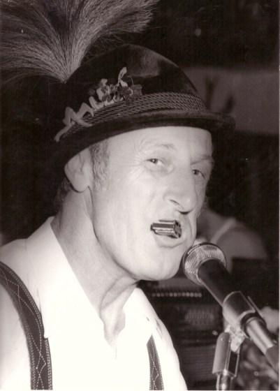 Werner Fütterer mit Mundharmonika