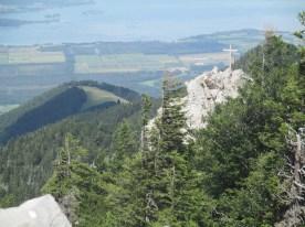 das Friedenrath Gipfelkreuz mit dem chiemsee