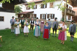 2. Gauvorstand Pankraz Perfler, Regina Häußler (Text Kinderbuch), Martin Riedl (Bürgermeister Gde. Baiern), Vroni Winhart (Illustration Kinderbuch), Robert Niedergesäß (Landrat LKr. EBE), Markus Kronberger (1. Gaukassier, verdeckt), Barbara Sigl (1. Gaujugendleiterin), Maria Voglsinger (2. Gaujugendleiterin), Rosi Spiel (1. Gauschriftführerin), Georg Schinnagl (1. Gauvorstand), Andreas Wachs (Schriftführer Bayer. Trachtenjugend), Magdalena Probst (Beisitzerin Bayer. Trachtenjugend), Steffi Perfler (Organisation Kinderbuch), Armin Schmid (1. Landesjugendvertreter des Bayer. Trachtenverbandes)