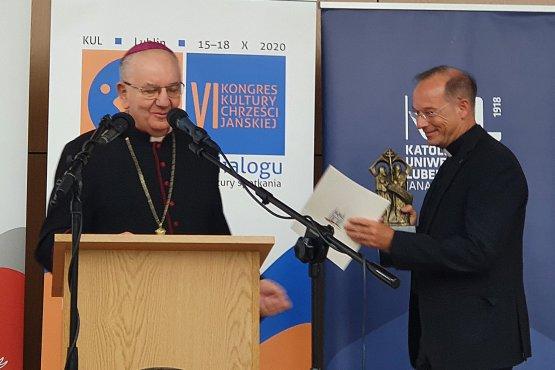 """Die Auszeichnung """"Memoria iustorum"""" wird für besondere Verdienste im Bereich des Dialogs und der Versöhnungsarbeit verliehen. Der Lubliner Erzbischof Stanisław Budzik überreichte sie an Renovabis-Hauptgeschäftsführer Pfarrer Christian Hartl. (Bildquelle: privat)"""