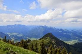 Blick vom Hochgern auf Zwoelferspitz sowie im Hintergrund Geigelstein, Hochplatte und Kampenwand.