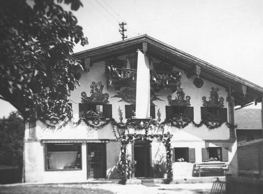 Das geschmückte Bäckerhaus der Eltern der Papstmutter am 30. Juli 1951 bei der Nachprimiz.