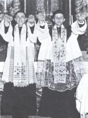 Georg und Joseph Ratzinger spenden den Primizsegen.