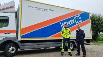 Maximilian Pink (Ambulanz Rosenheim e.V.) und Hans Kerschbaumer (NAVIS e.V.) mit dem GW Logistik auf dem Weg in das Katastrophengebiet