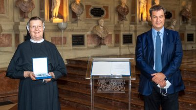 Bayerns Ministerpraesident Markus Soeder verleiht am Donnerstag (08.07.21) in der Residenz in Muenchen den Bayerischen Verdienstorden an Regina Proels.