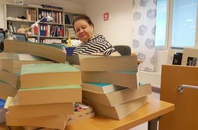 Raija Järvimäki muuttaa hyllyluokituksia kirjoihin ja Finnaan