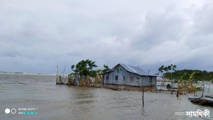 IMG 20210525 WA0052 ঘূর্ণিঝড় 'ইয়াস': পটুয়াখালীতে বিধ্বস্ত বাঁধ দিয়ে পানি প্রবেশ করে ১০ গ্রাম প্লাবিত