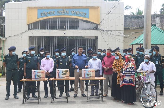 Barishal Photo Rickshaw van sewing machine distributed among the released prisoners including Piraya Aktar 2nd from right released from Barishal Central Jail 1 মিথ্যা মামলায় দীর্ঘ ২৬ বছর কারাভোগের পর মুক্তি পেয়েছেন পিরোজপুরের পিয়ারা