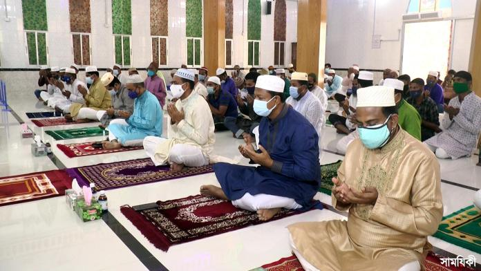 Barishal Photo Eid ul Azha Jamaat held at Collectorate Masjid in presence of high officialssocio political leaders and observed with due respect and caution about preventing Covid 19 in Barishal 5 বরিশালে করোনা থেকে মুক্তি চেয়ে বিশেষ দোয়া