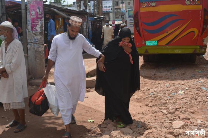 Barishal Photo Passenger bus operation suspended for four hours at Rupatali inter district bus stand of the city following clash over controlling stand 3 বরিশাল রুপাতলীতে শ্রমিকদের সংঘর্ষের ঘটনার পৌনে ৪ ঘন্টা দক্ষিনাঞ্চলের ১৭ রুটে বাস চলাচল বন্ধ, যাত্রীদের ভোগান্তি