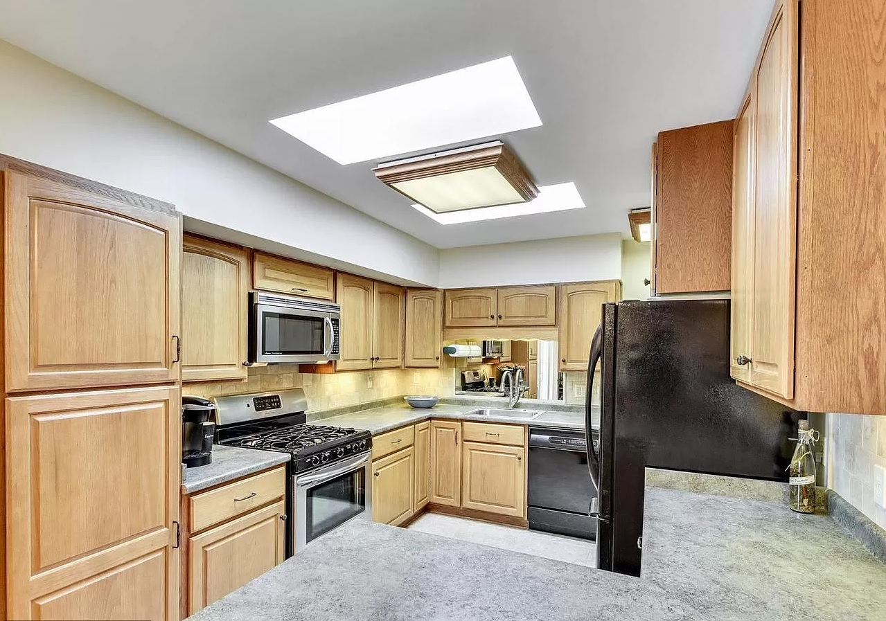 Bright and fully equipped kitchen
