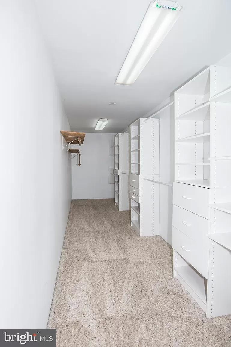 master bed walking closet
