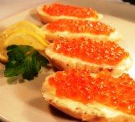 Caviar rojo encima de un huevo, plato ruso