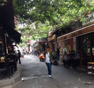 Karaköy'ün sokaklarında ve mekanlarında çok ilgi çekici özellikler keşfedilebilir.