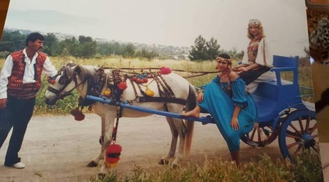 Köyündeki kendi tasarımı at arabası.
