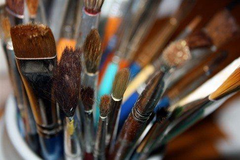Sentetik fırçalar küçük alanlarda ayrıntılı çalışmalara olanak tanımaz.