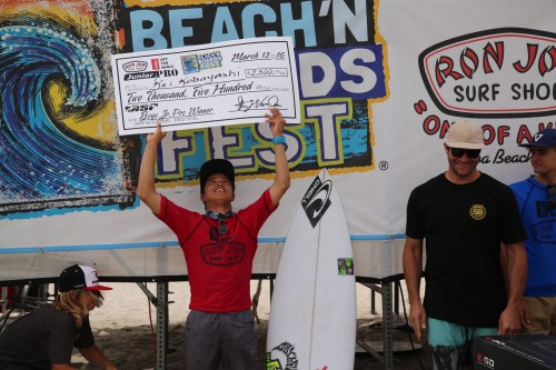 Kei Kobayashi celebrates with his winning prize money March 13 on the podium at the WSL Ron Jon Vans Junior Pro in Cocoa Beach, Florida. Photo: Hank Osterkamp