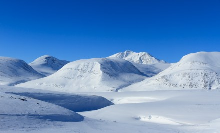 Mountains surrounding the famous Kungsleden trail in winter.