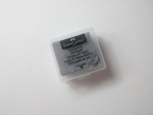 La goma de borrar maleable no deja residuo al borrar :)