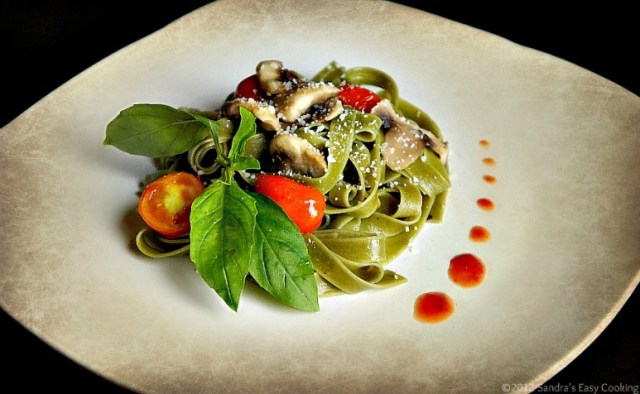 Spinach Fettuccine with Mushrooms and Cherry Tomatoes
