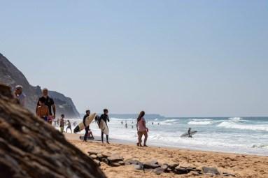 Surfer am Strand Vale Figueiras