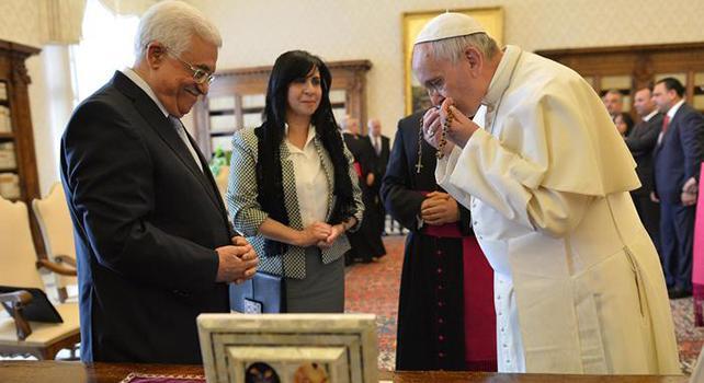Papa abbraccia Abu Mazen: sia un angelo di pace