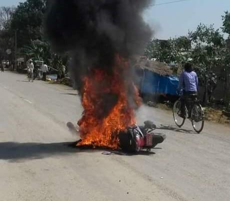 फोरम नेपालका केन्द्रीय नेताहरुलाई प्रहरी हिरासतमा यातना डिएसपी बेलबहादुर पाण्डे र स्थानीय युवाद्वारा नेताहरुमाथि हतकडीमै निर्घात कुटपिट