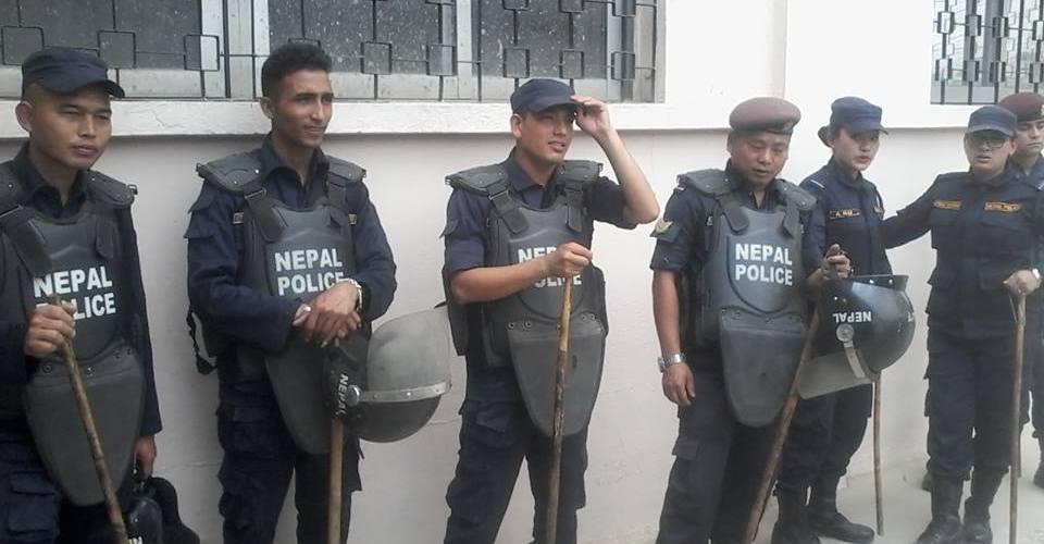 सप्तरीका पत्रकारहरुको बिरुध महेन्द्र बिष्ट र किशोर श्रेष्ठले बोलाए ३ ट्रक पुलिस्