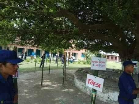 हृदयेश त्रिपाठीको गाउँमा मतदान बहिष्कार, सुरक्षाकर्मी र निर्वाचन अधिकृत बाटोमा मतदाता खोज्दै