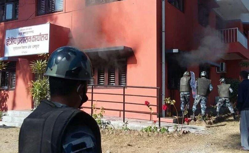 धनकुटातनावग्रस्तः आन्दोलनकारीले क्षेत्रीय प्रशासन कार्यालयमा गरे आगजनी