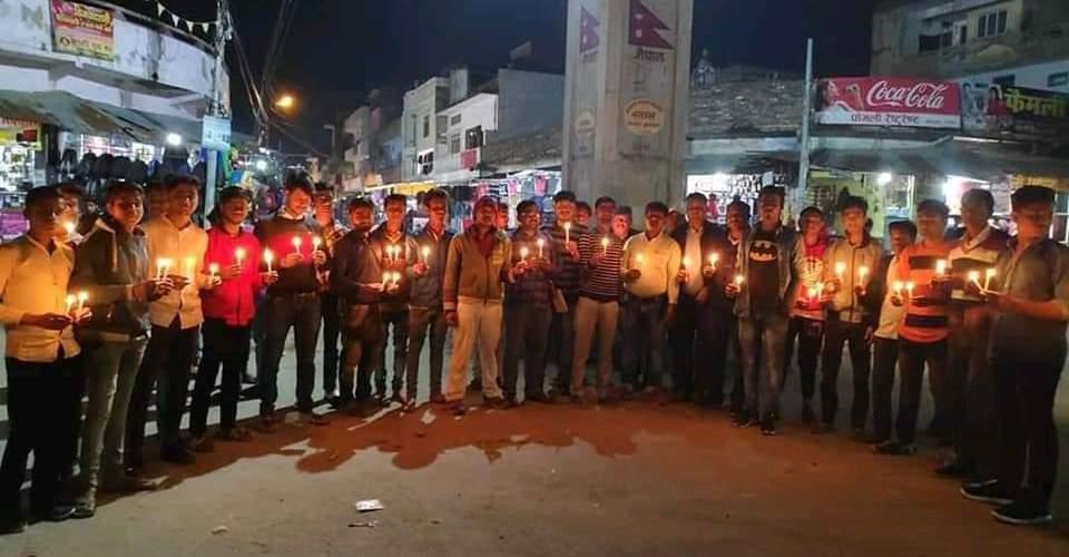 भारतका ४४ वीर सपूतहरुलाई कृष्णनगर गोलघरमा केंडल मार्च बालेर हार्दिक श्रद्धांजलि अर्पित