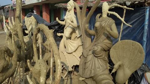 सरस्वती पुजा श्रीपञ्चमी नजिकिँदै गर्दा रौतहटमा मुर्तिकारहरुलाई मुर्ति बनाउन बढ्यो व्यस्तता ।