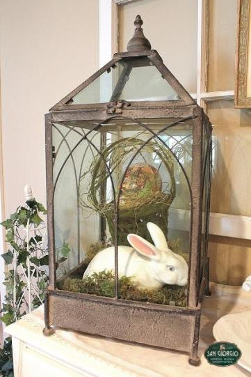 alzata con lanterna,composizione , coniglio, cestino con uova paquale,arredo,uova,