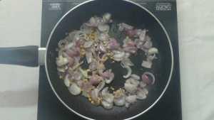 Pachaipayaru sundal -fry onions