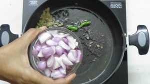 Thattapayaru kuzhambu -onion