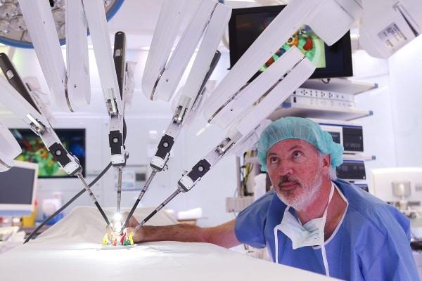 Robot Da Vinci operado por el Dr. Antonio de Lacy de Barcelona