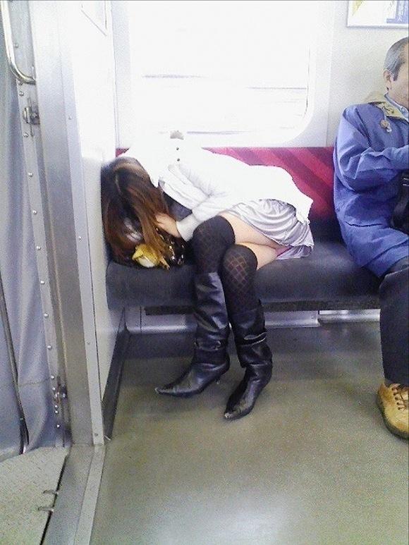 電車パンチラ10