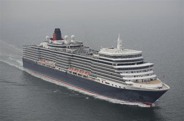 神戸港に近づく英国の豪華客船「クイーン・エリザベス」=18日午前10時40分(本社ヘリから)