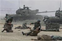 北朝鮮軍との接近戦に見立てた激しい肉弾戦を演じる米韓軍。韓国軍には戦闘以前の問題も山積している(AP)