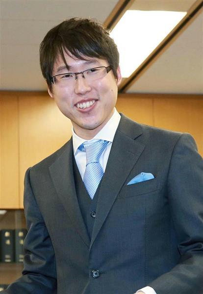 国民栄誉賞受賞決定の連絡を受け、笑顔を見せる井山裕太十段