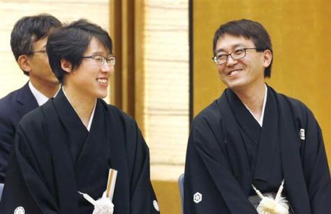 国民栄誉賞授与式を前に、笑顔で談笑する囲碁の井山裕太氏(左)と将棋の羽生善治氏=13日午後、首相官邸