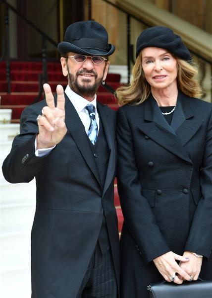 爵位を授与された後、妻のバーバラさんとともに写真に納まるリンゴ・スター(本名・リチャード・スターキー)さん=20日、英ロンドンのバッキンガム宮殿(ロイター)