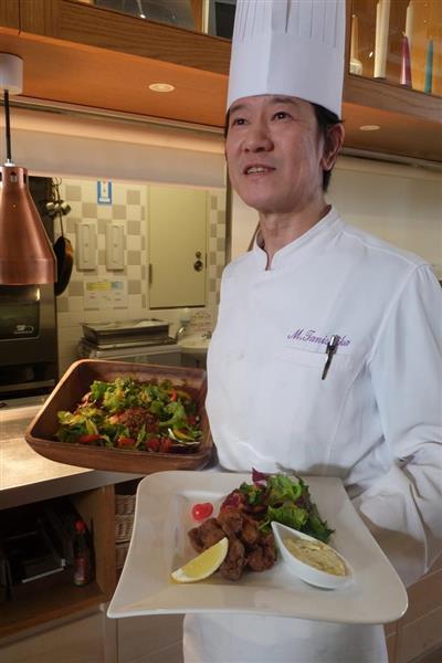 大豆ミートのフリット(手前)やタコライスを提供する谷鹿三裕総料理長=東京都中央区