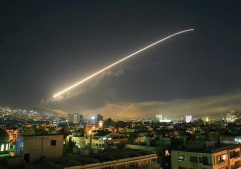 シリアのアサド政権への攻撃指示を発表するトランプ米大統領=13日、ワシントンのホワイトハウス(AP)