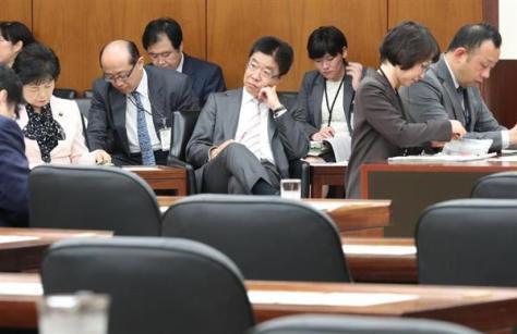 主な野党が欠席の中、開会された衆院厚生労働委員会。中央奥は加藤勝信厚生労働相=25日午前、国会・第16委員室(春名中撮影)