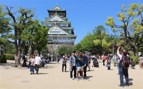 国内外からの観光客でにぎわう大阪城天守閣付近=4月29日、大阪市中央区