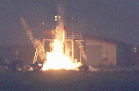 打ち上げ直後に落下、炎上する小型ロケットMOMO2号機=30日午前、北海道大樹町