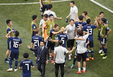 W杯決勝トーナメント進出に喜ぶ日本代表イレブン。中国も日本の健闘を称賛しているが…=6月28日、ロシア・ボルゴグラード(甘利慈撮影)