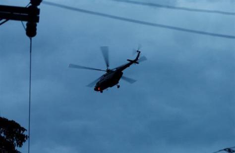 救出された少年らを病院へ搬送しているとされるタイ軍のヘリ=8日、チェンライ(ロイター)