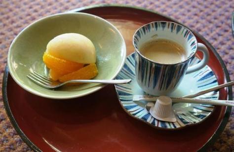 羽生善治棋聖が午前のおやつで注文した桃とオレンジ、ホットコーヒー=10日午前、新潟市の岩室温泉「高島屋」
